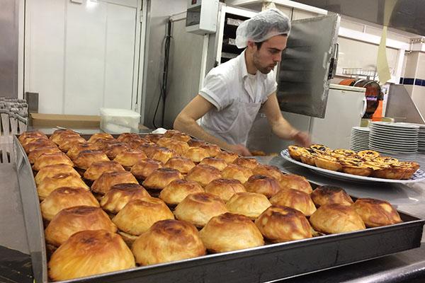 Imagem mostra produção de Pasteis de Belém, famosos em Portugal