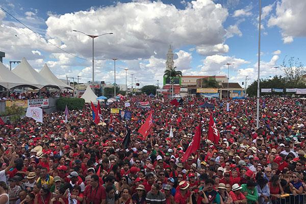 Multidão acompanha a inauguração de obras de transposição do São Francisco em Monteiro/PB