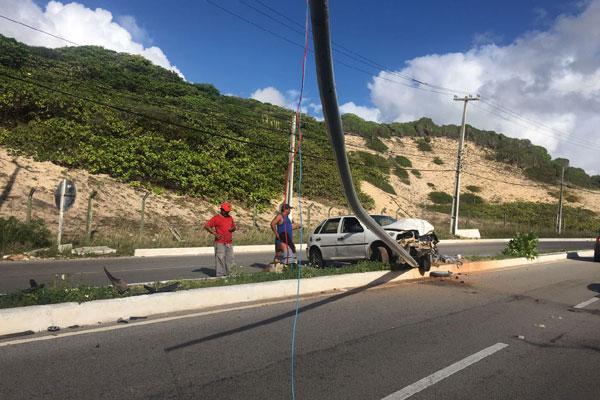 Acidente deixou um poste derrubado na Via Costeira