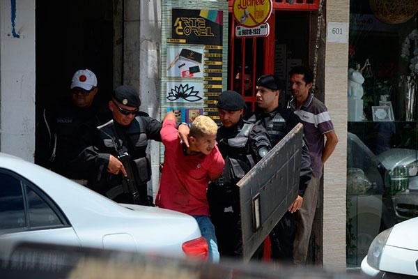 Outro bandido se entregou logo após a chegada da Polícia Militar