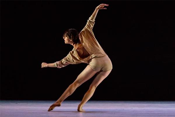 Intérprete e autor do solo 'Underneath', bailarino Ravid Abarbanel traz coreografia premiada em 2016