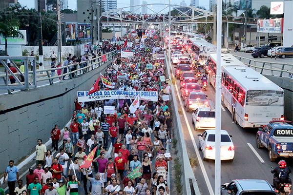 Manifestantes caminharam ao longo da Avenida Salgado Filho, do cruzamento com a Avenida Bernardo Vieira até a sede da Fiern