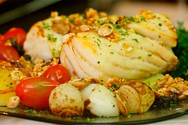 No Abade, sugestão é o clássico da casa, Bacalhau com camarão, alho francês e arroz de ervas