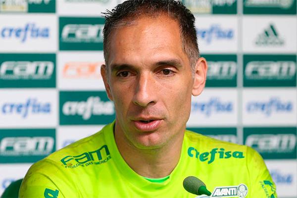 Experiente, o goleiro Fernando Prass tenta motivar o seu time