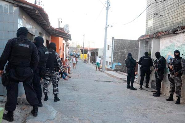Mãe Luíza: policiais militares de vários batalhões e grupos especializados ocuparam as ruas de Mãe Luíza na tarde de ontem em busca de traficantes de drogas