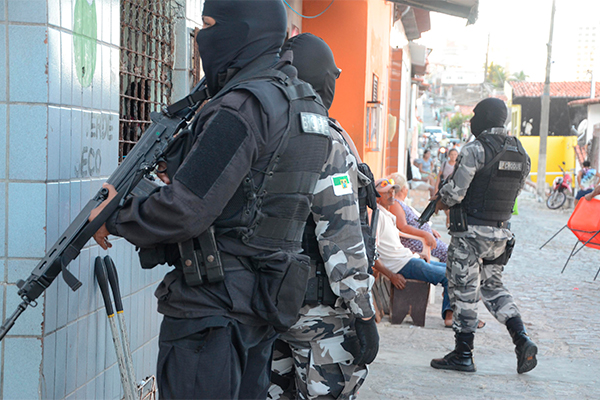 Na Operação Tiradentes, PMs vasculharam ruas de Mãe Luíza e residências com movimento suspeito