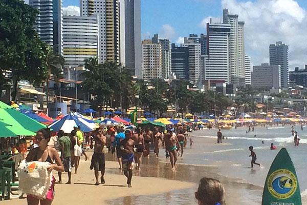 Praia de Ponta Negra ficou cheia no feriado