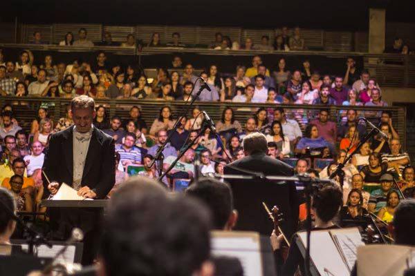 """Maestro Linus Lener no concerto """"Quartas Clássicas"""", que volta hoje ao Riachuelo. O espetáculo será o último com lote 100% gratuito"""