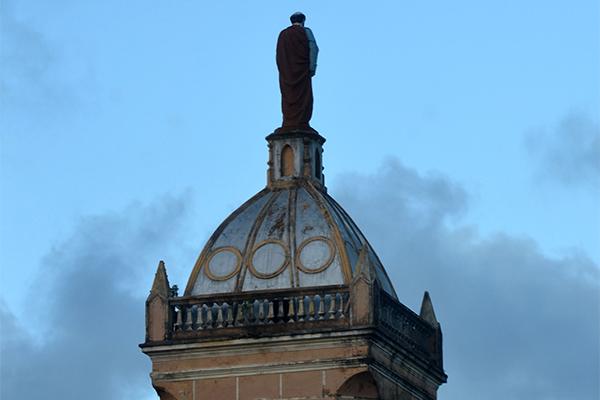 Primeira igreja construída em Natal no século XX está no Alecrim: É a de São Pedro Apóstolo, de 1919, que chama a atenção por sua torre gótica