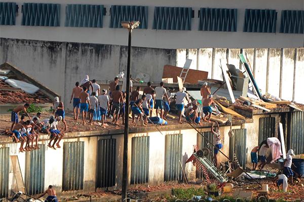 A rebelião na Penitenciária de Alcaçuz começou no dia 14 de janeiro e durou cerca de 15 dias, com confronto entre facções criminosas, destruição da unidade e assassinatos