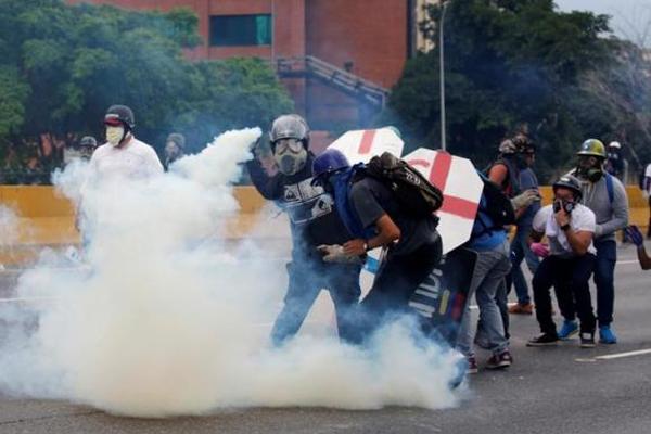 Manifestantes e policiais entram em confronto em Caracas