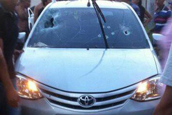 Segundo a PM, a vítima foi atingida dentro do automóvel por pelo menos quatro disparos