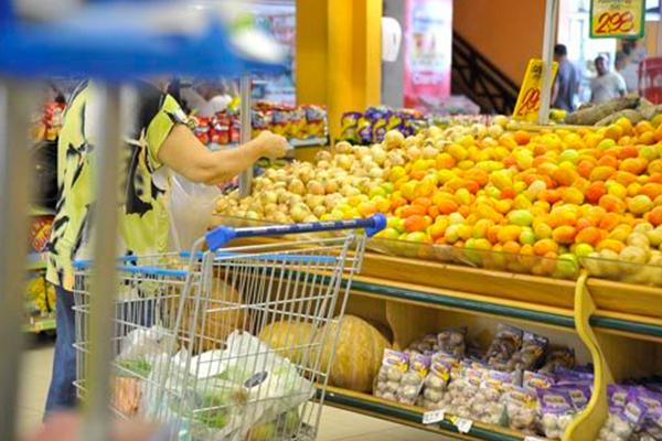 O tomate e outros alimentos in natura pesaram mais no bolso de quem foi ao supermercado