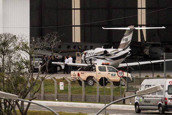 Ex-presidente Lula, ao chegar no aeroporto de Curitiba