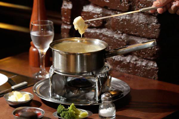 La Cachette serve opções de fondue de carne, o preferido da clientela; queijo, camarão, frango e chocolate