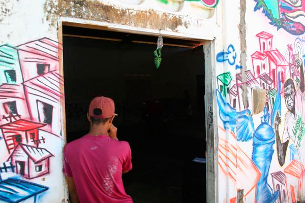 Galpão começa a ganha cor pelas mãos de artistas e atletas. O espaço abriga aulas diárias e ensaios de grupos de dança da comunidade