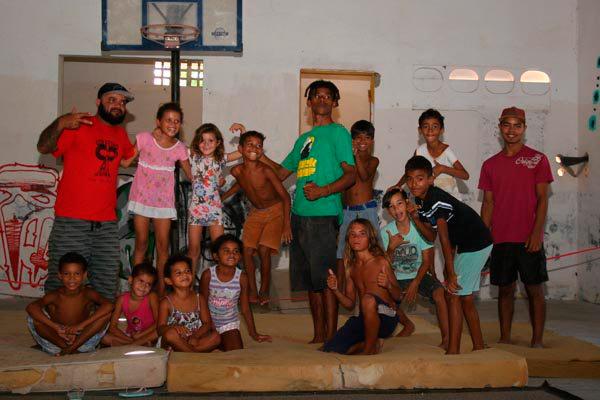 Meninada do bairro passa pelo galpão para aulas de 'slakline' com um mestre do esporte, o atleta Laerte Ferreira (no centro)
