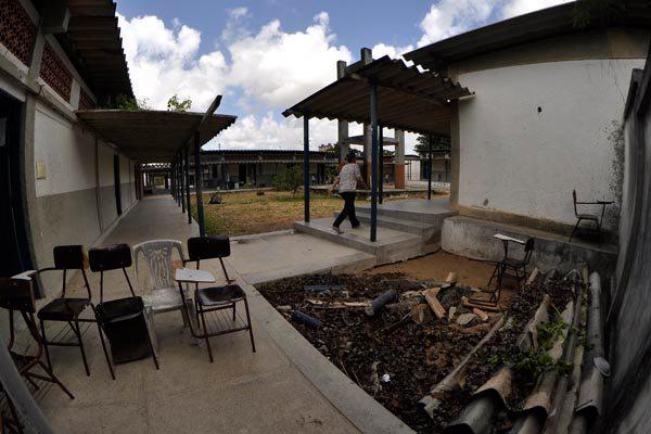 Na tarde da última quarta-feira, parte do teto de um dos corredores da Escola Estadual Lourdes Guilherme terminou desabando