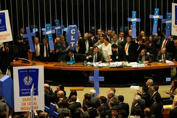 Imagem mostra protesto durante votação da reforma trabalhista na Câmara: Aprovado, projeto agora está sob análise do Senado