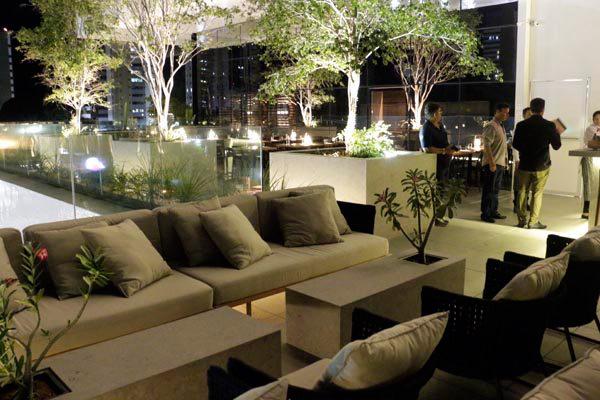 Com requinte contemporâneo, novo restaurante e bar na av Hermes da Fonseca oferece espaços múltiplos e uma bela vista do bairro