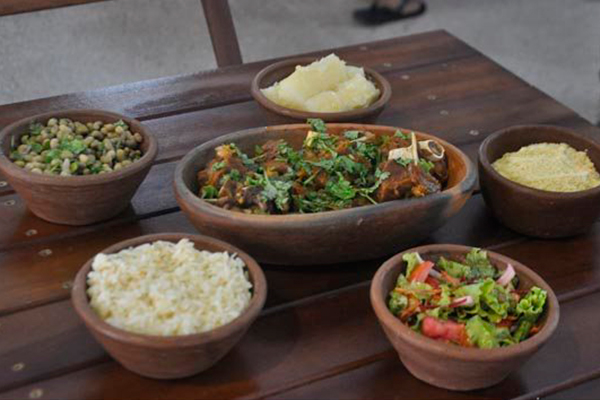 Sabor da Roça aposta nos quitutes regionais. Do carneiro ao feijão verde e a rabada, quase todos os ingredientes são fornecidos por produtores do próprio mercado
