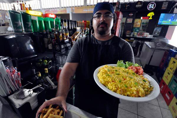 O chef Mateus Melo divide a cozinha com Maia