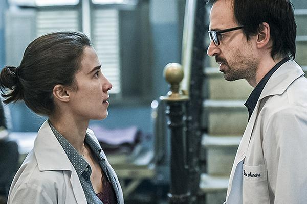 No papel de médicos, Júlio Andrade e Marjorie Estiano vive rotina em uma emergência