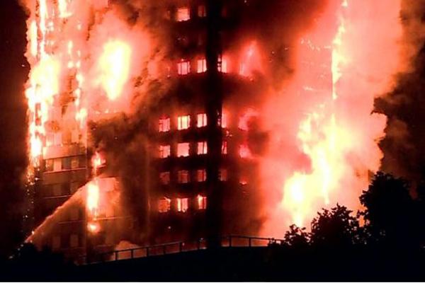 Incêndio no edifício residencial Grenfell deixou pelo menos seis mortos