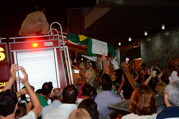 Corpo da ex-governadora seguiu em cortejo fúnebre em guarnição do Corpo de Bombeiros