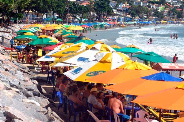 Barraqueiros terão de disponibilizar cadeiras de alumínio e guarda-sóis padronizados na praia