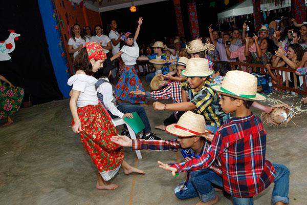 Ritmo de festa: Crianças fazem homenagem à literatura regional