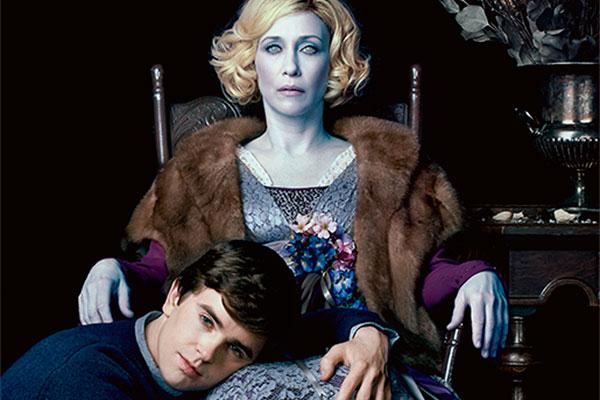 Vera Farmiga e Freddie Highmore são Norma e Norman Bates