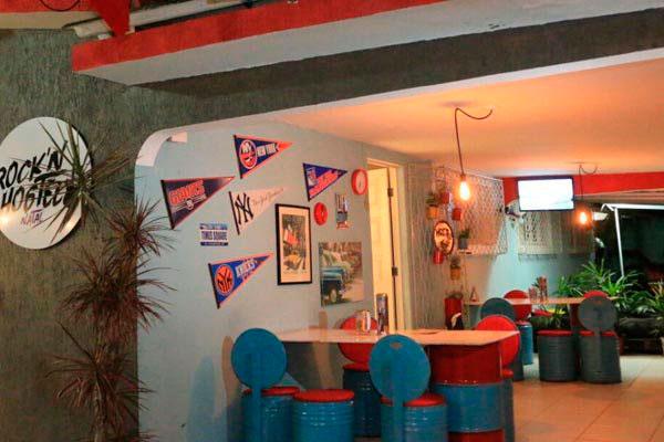 Ambiente combina clima de pub, espaço cultural e hospedagem