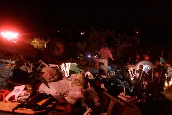 Acidente deixa três pessoas presas nas ferragens de um caminhão