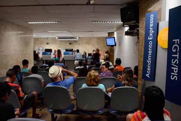 Atendimento na Caixa: Os recursos sacados das contas inativas do FGTS superaram a previsão inicial do banco, de R$ 35 bilhões