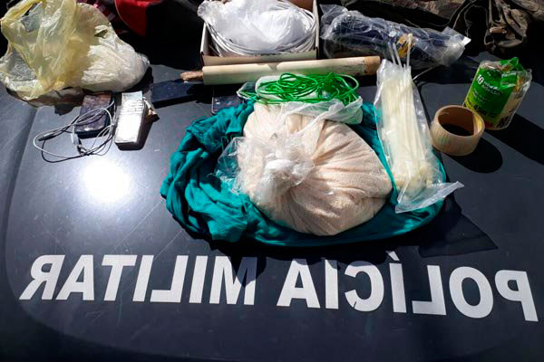 Em incursão na 'Baixa da Coruja', policiais apreenderam armas e materiais para fabricar explosivos