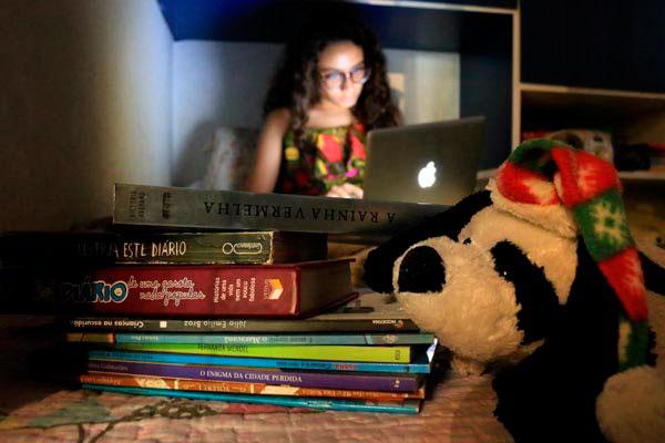 A adolescente Sarah Medeiros tem dormido cada vez mais tarde, apesar de sua rotina lhe exigir acordar as 6h