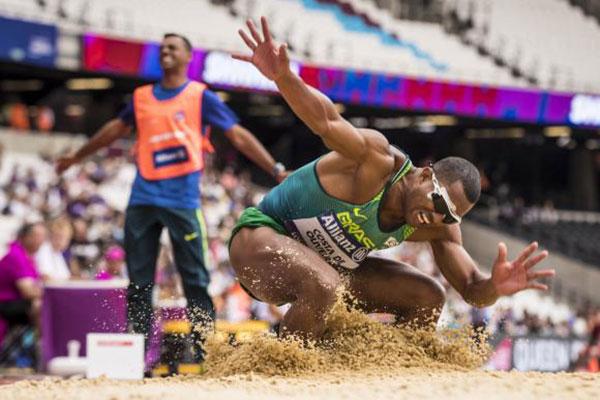 No Mundial de Atletismo Paralímpico, o brasileiro Ricardo Costa ganhou hoje medalha de bronze no salto em distância