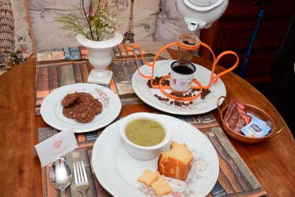 Cafés coados à moda antiga, lanches e pratos da culinária clássica estão no menu