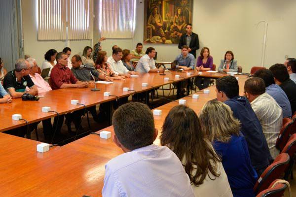"""Reitora Ângela Paiva reúne prefeitos para assinar convênios da edição 2017 do projetos """"Trilhas Potiguares"""" que começa dia 29"""