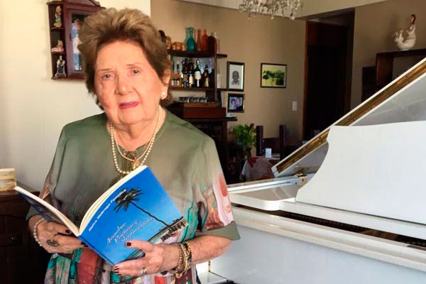 Poeta e pianista Nalva Nóbrega retrata em versos pessoas, memórias e paisagens com as quais conviveu no tempo em que morou na praia de Areia Preta