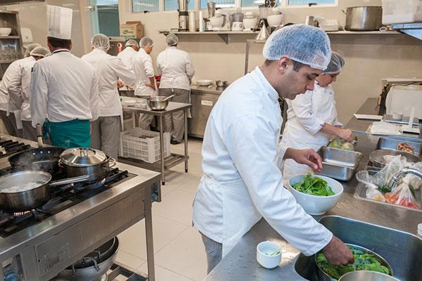 O curso mais longo é o de cozinheiro profissional, com duração de 16 semana e 500 horas de aula