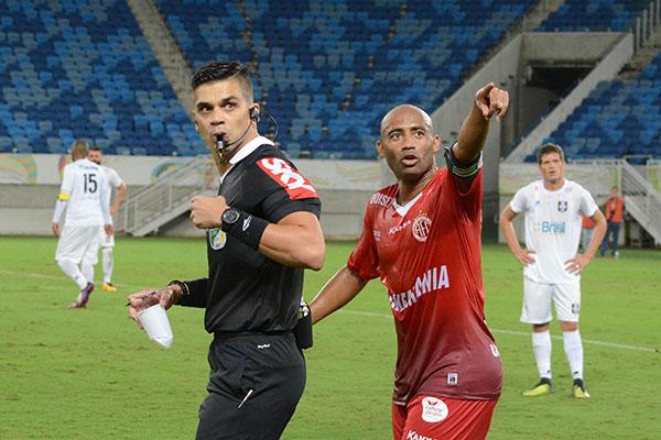 """Dentre os jogadores pendurados está o capitão Cascata, que há duas rodadas atua """"pendurado"""""""