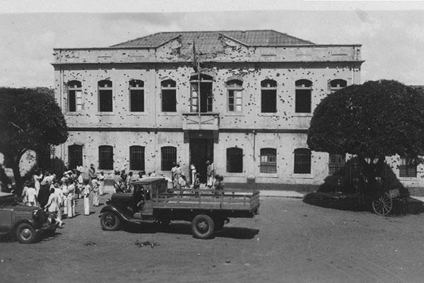Uma das raras cenas: o quartel metralhado durante o Levante de 1935. Hoje, o local abriga a Casa do Estudante