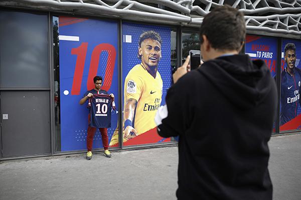 3ea7e39f72 Vivendo a expectativa da estreia do novo ídolo, os torcedores do PSG  invadiram a loja