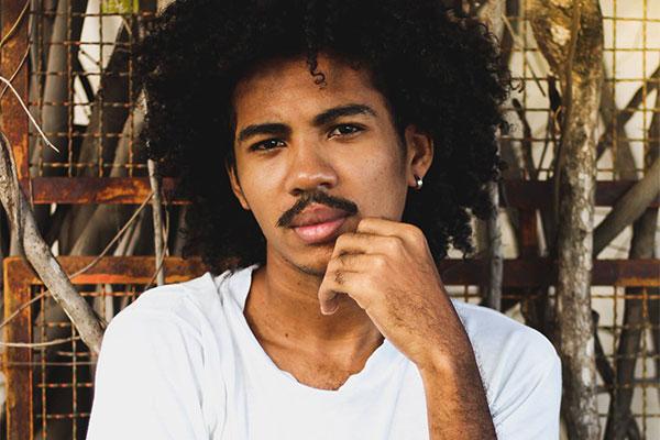 De Pau dos Ferros, o cantor e compositor Eliano mistura a poesia com forte acento pop