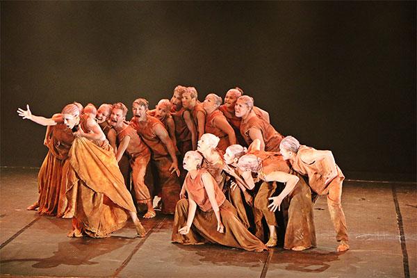 """Diocecena em """"Seca D'água"""", parte de uma série de coreografias (Foto: Bruno Martins)"""