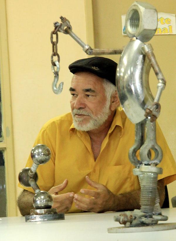 Guaraci Gabriel expõe esculturas onde propõe debate sobre o reúso de materiais