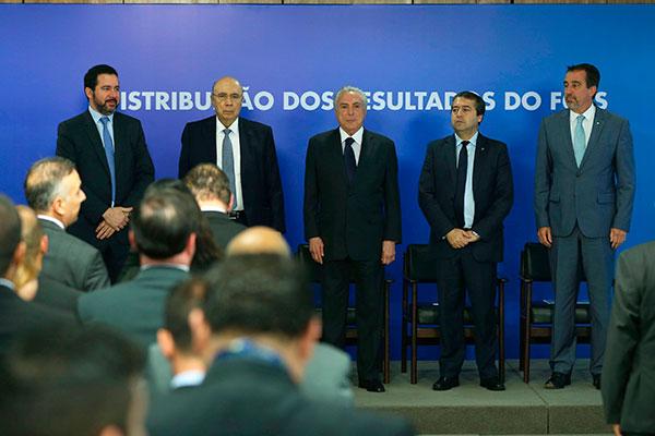 Ministros com o presidente Temer e o presidente da Caixa (último da esquerda para a direita): Rendimento do FGTS maior que a inflação