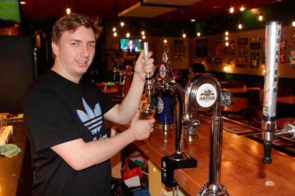 No Bistrô do Paddy, Dario Collins destaca promoção de chopp e cerveja para os pais